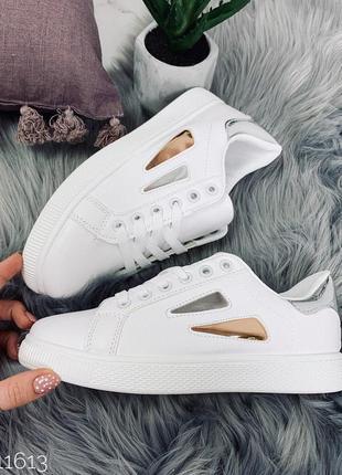 Белые кроссовки с серебристым задником