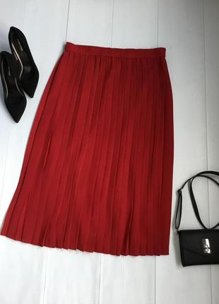 Стильная юбка плиссе в ярком красном цвете