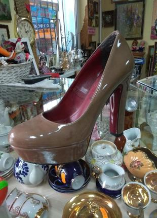 Туфли бежевые лаковые на каблуке
