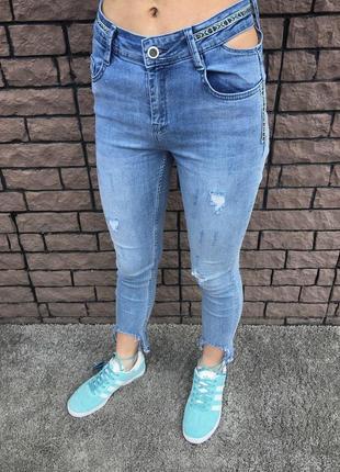 Джинсы - рваные с вышивкой (голубые)