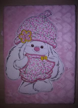 Плед флисовый детский с апликацией розовый зайка