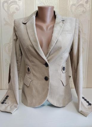 Пиджак с заплатками на рукавах.