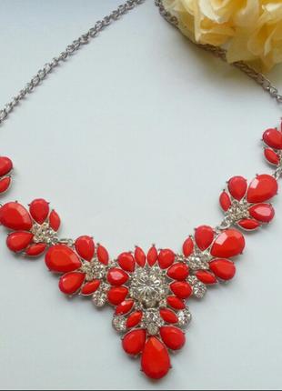 Ожерелье из камней кораллового цвета.