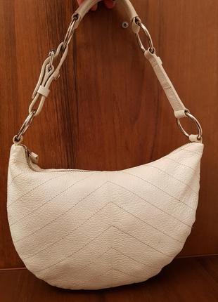 Красивая аккуратная кожаная сумочка gap белого цвета1 фото