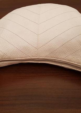 Красивая аккуратная кожаная сумочка gap белого цвета3 фото
