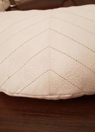 Красивая аккуратная кожаная сумочка gap белого цвета4 фото