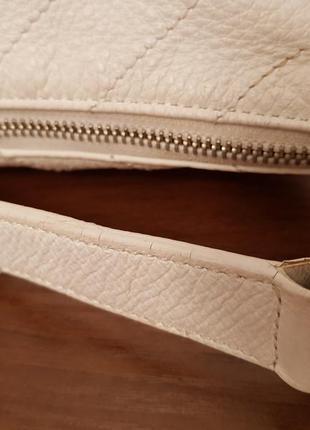 Красивая аккуратная кожаная сумочка gap белого цвета7 фото