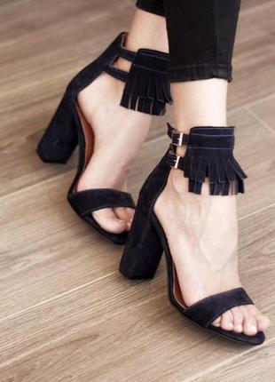 Замша. красивые босоножки с бахромой на устойчивом каблуке