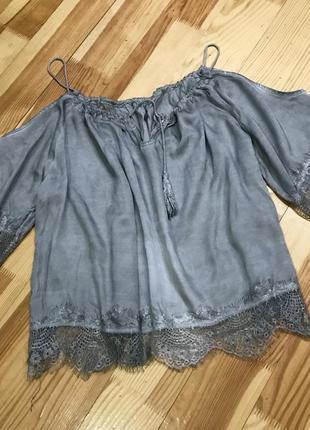 Ніжна атласна блуза з відкритими плечиками, блуза з ажурними вставками