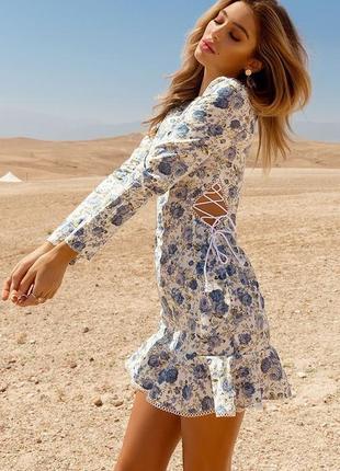 Стильное летнее платье в цветы со шнуровкой