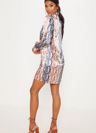 Атласное платье со змеиным принтом