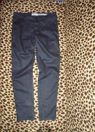 Актуальные чёрные джинсы с отливом под кожу .