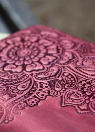 Кошелек женский кожаный длинный марсала бордо с орнаментом тиснение7 фото