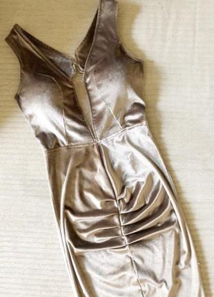 Платье по фигуре с открытой спиной и декольте