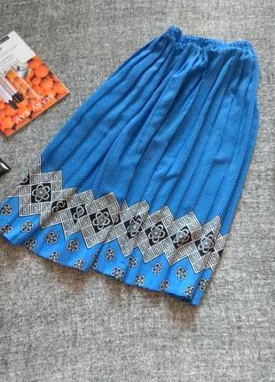 Красивая темно-голубая юбка плиссе с принтом в ромбы и горошек-на резинке