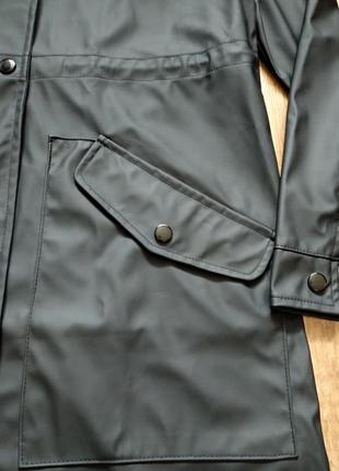 Черный водонепроницаемый плащ парка на кнопках с капюшоном6 фото