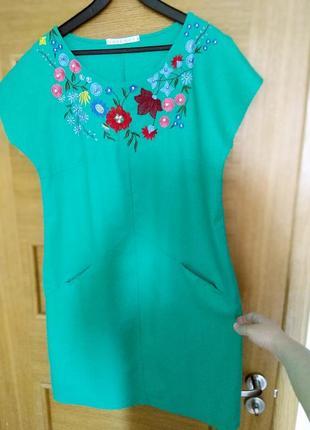 Летнее льняное платье сочного зеленого цвета с вышивкой производства одесса