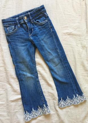 Стильные джинсы клёш с вышивкой