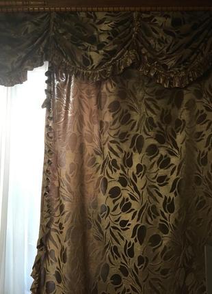Бархатная плотная тисненая двойная штора с рюшками и ламбрекеном на одно окно