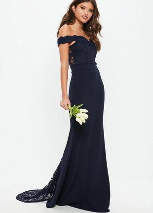Вечернее платье с открытыми плечами и кружевными вставками