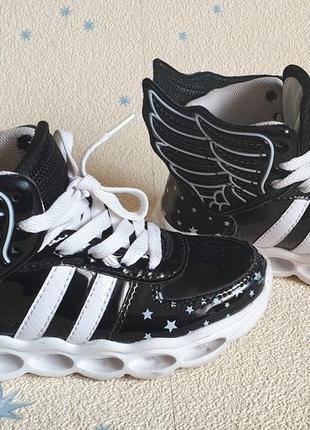 Кроссовки с крыльями и со светящейся подошвой led р. 27-29