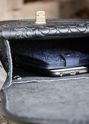 Черная кожаная сумка с длинным ремнем и ручкой с орнаментом6 фото