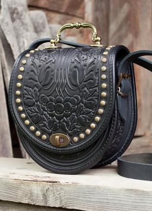 Черная кожаная сумка с длинным ремнем и ручкой с орнаментом