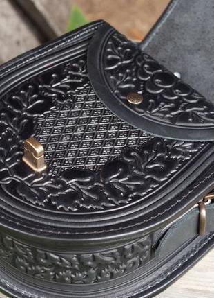 Черная кожаная сумка с длинным ремнем и ручкой с орнаментом5 фото