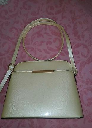 Красивая лаковая сумочка