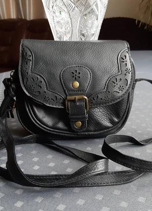 Черная красивая круглая сумка кроссбоди фирмы atmosphere