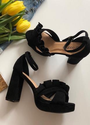 Новые босоножки на широком каблуке boohoo pp 40