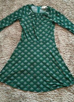 Зеленое платье, расклешенное.