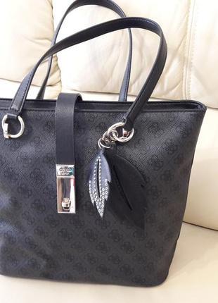 Изумительно красивая, аристократическая сумка черного цвета. guess
