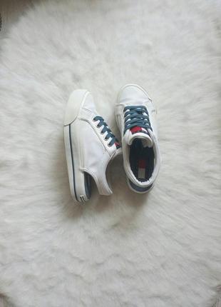 Белые кроссовки кеды сабо на платформе открытая пятка шнуровка принт нашивки