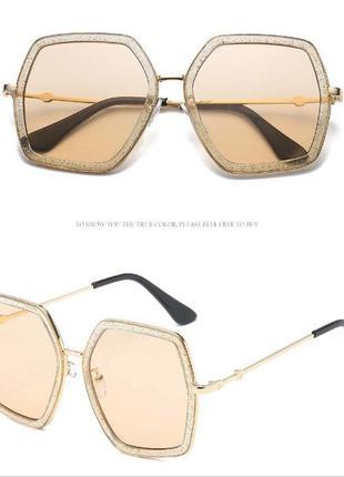 Крупные очки-стрекозы с металлическими дужками блестками и чайной дымчатой линзой