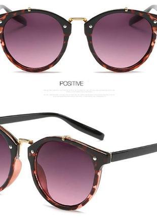 Круглые солнцезащитные очки в леопардовой оправе со сливовой дымчатой линзой