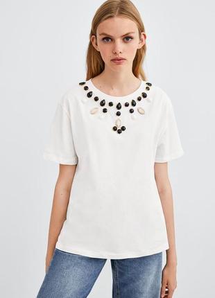 Летняя белая футболка с камнями zara