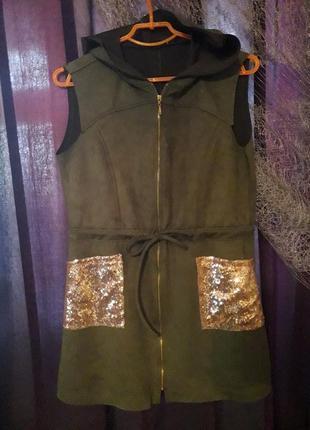 Замшевый жилет удлиненный  с капюшоном и карманами в паетках