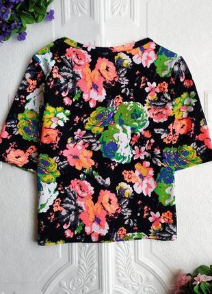 Фактурная короткая футболка в цветочный принт4 фото