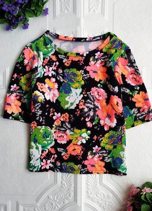 Фактурная короткая футболка в цветочный принт