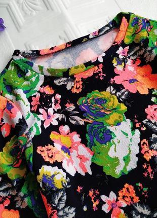 Фактурная короткая футболка в цветочный принт2 фото
