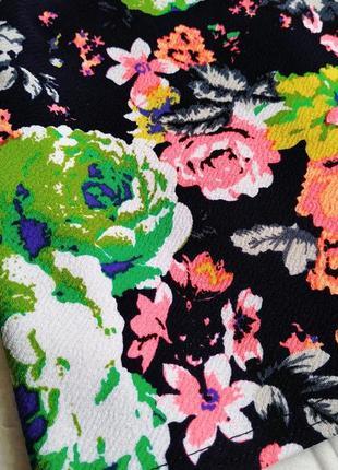 Фактурная короткая футболка в цветочный принт3 фото