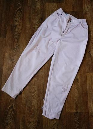 Пудровые джинсы с декором