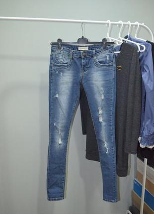 Стильные молодежные джинсы скинни