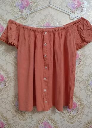 Блуза с открытыми плечами  актуального цвета