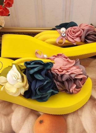 Шлепки желтые в цветах