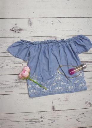 Джинсовая рубашка блуза со спущеными плечами и с вышивкой