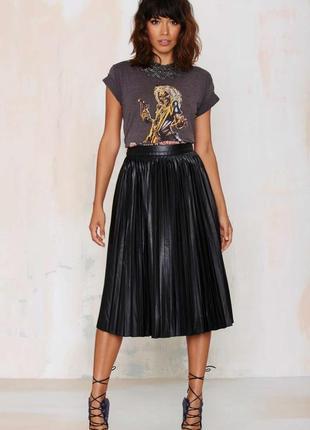 Плиссированная брендовая юбка миди с металлическим блеском