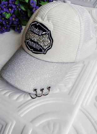 Летняя блестящая бейсболка кепка с кольцами и стразами