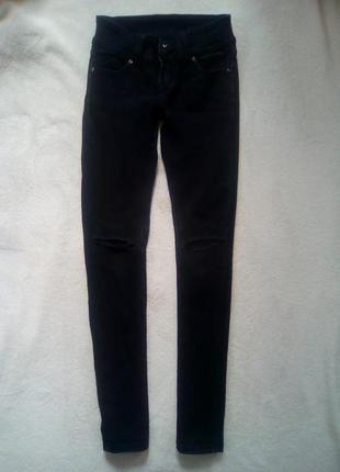 Черные джинсы с порватыми коленями))